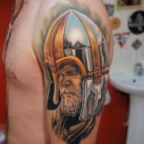 Татуировка на плече у парня - воин