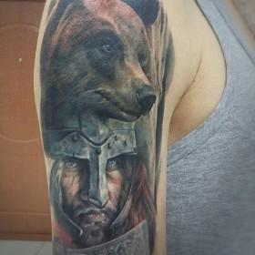 Татуировка на плече у парня - воин и медведь