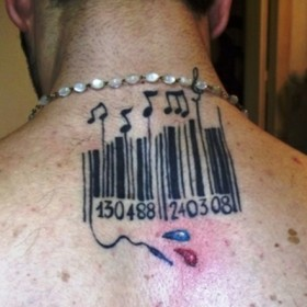 Татуировка на позвоночнике парня - штрихкод