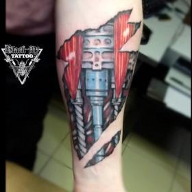 Татуировка на предплечье у парня в стиле биомеханика