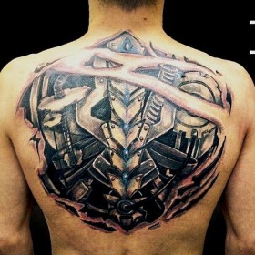 Татуировка на спине парня в стиле биомеханика
