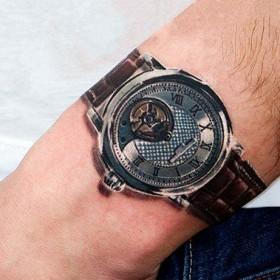 Татуировка на запястье парня - часы