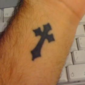 Татуировка на запястье парня - крест