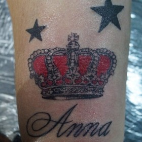 Татуировка на запястье у девушки - корона