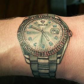 Татуировка на запястье у парня - часы