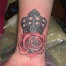Татуировка на запястье у парня - корона и роза