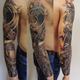 Татуировка рукав у парня - карп и дьявол