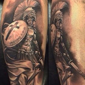 Татуировка рыцаря на голени мужчины