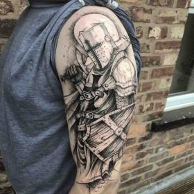 Татуировка рыцаря на плече мужчины