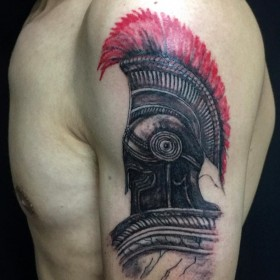 Татуировка шлема гладиатора на плече мужчины