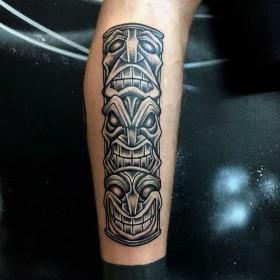 Татуировка тотема на голени мужчины