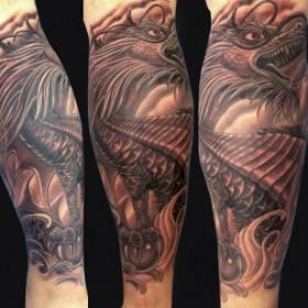 Татушка на голени парня - дракон