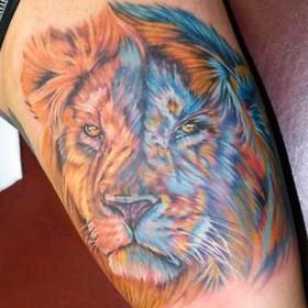 Татушка на плече парня - лев