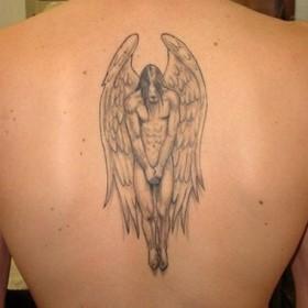 Татушка на позвоночнике у парня - ангел