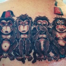 Татушка на спине парня - обезьяны
