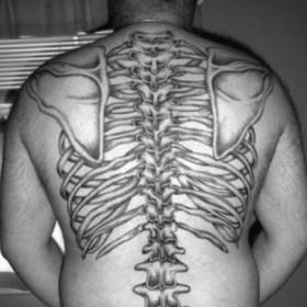 Татушка на спине парня - скелет