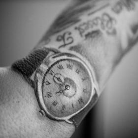Татушка на запястье парня - часы