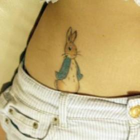 Татушка на животе девушки - заяц