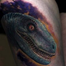 Цветная тату на бедре парня - динозавтр