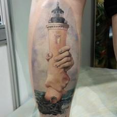 Тату маяк на голени парня