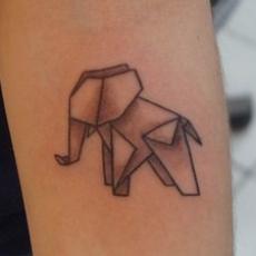 Тату на женской руке - слон в геометрии
