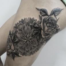 Татуировка на бедре у девушки - цветы