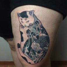 Татуировка на бедре у девушки - кошка и карп