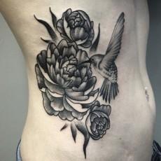 Татуировка на бедре у девушки - пионы и колибри