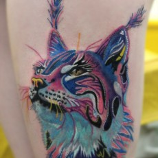 Татуировка на бедре у девушки - рысь