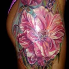 Татуировка на боку у девушки - цветы