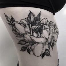 Татуировка на боку у девушки - пионы