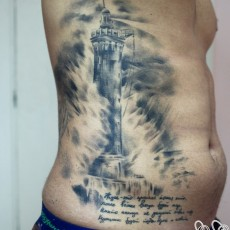 Татуировка на боку у парня - маяк