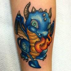 Татуировка на голени девушки - дракончик