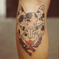 Татуировка на голени девушки - котокот
