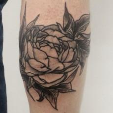 Татуировка на голени у девушки - цветы