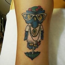 Татуировка на голени у девушки - сова