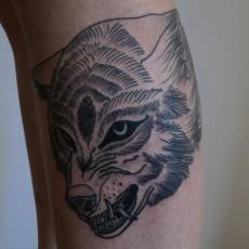 Татуировка на голени у девушки - волк