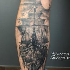 Татуировка на голени у парня - корабль