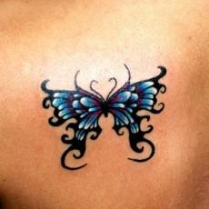 Татуировка на лопатке у девушки - бабочка