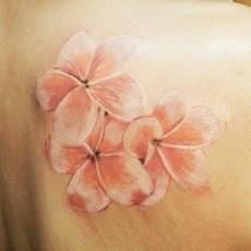 Татуировка на лопатке у девушки - цветы