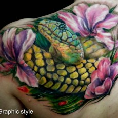 Татуировка на лопатке у девушки - змея и лилии