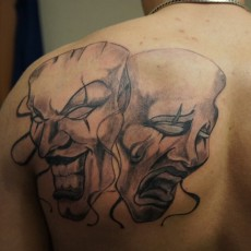 Татуировка на лопатке у парня - маски