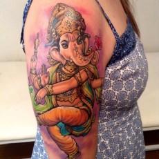 Татуировка на плече у девушки - слон