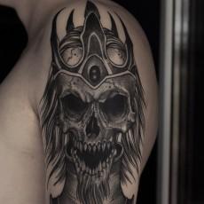 Татуировка на плече у парня - череп