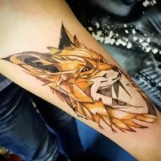 Татуировка на предплечье девушки - лис