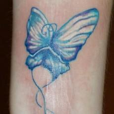 Татуировка на предплечье у девушки - бабочка