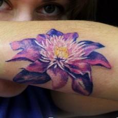 Татуировка на предплечье у девушки - цветок