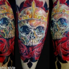 Татуировка на предплечье у парня - череп и розы
