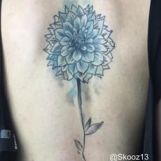 Татуировка на спине у девушки - цветок