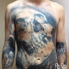 Татуировка <strong>список</strong> на животе у <em>тату мастер список</em> парня - череп